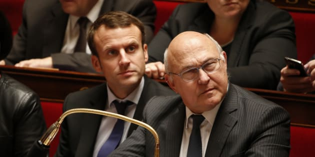 Emmanuel Macron et Michel Sapin à l'Assemblée nationale lors d'une séance d'une question aux gouvernement en octobre 2015.