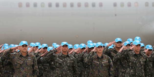 Brazilian U.N. peacekeeping soldiers salute as they prepare to embark for Haiti at Viracopos International Airport in Campinas, Brazil June 1, 2017. REUTERS/Paulo Whitaker