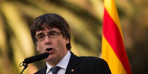 """Catalogne: Carles Puigdemont dénonce """"une attaque contre la démocratie"""" après les demandes de Rajoy"""
