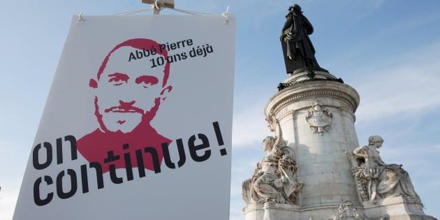 Un portrait de l'Abbé Pierre, fondateur du mouvement Emmaüs, lors d'un événement marquant les 10 ans de sa mort, place de la République à Paris, le 22 janvier 2017.