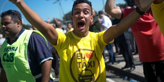 Motorista de táxi em protesto no Rio de Janeiro contra aplicativos de transporte.