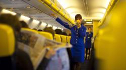 Ryanair assume 100 assistenti di volo senza esperienza e regala loro tariffe di viaggio