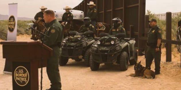 El periodistaRobert Holguindel canal KFOX14 tuiteó algunas fotos del evento dirigido por jefe de Sector de la Patrulla Fronteriza Aaron Hull, en Santa Teresa, Nuevo México.