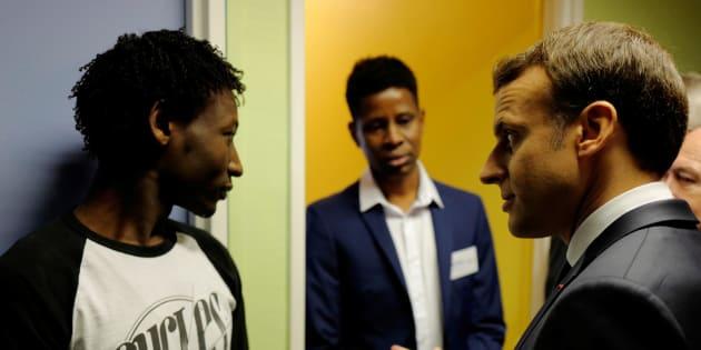 Le président Emmanuel Macron rencontre un demandeur d'asile soudanais au centre d'accueil de Croisilles, dans le Pas-de-Calais.