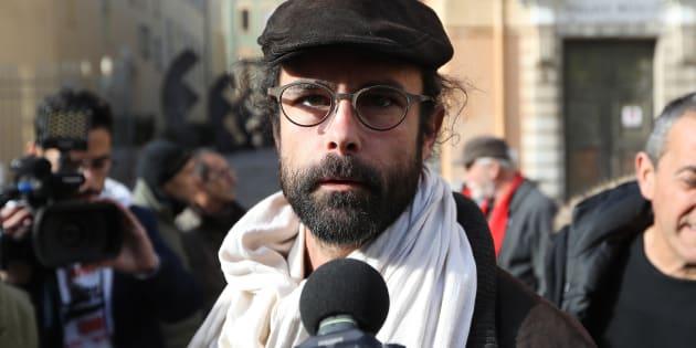 Cédric Herrou, un agriculteur producteur d'olives et d'œufs devenu militant associatif, le jour de son procès le 4 janvier, devant le tribunal de Nice. Huit de mois de prison avec sursis ont été requis à son encontre pour avoir installé, en octobre 2016, sans autorisation, une cinquantaine d'Erythréens dans un centre de vacances SNCF désaffecté, à Saint-Dalmas-de-Tende, dans les Alpes-Maritimes.