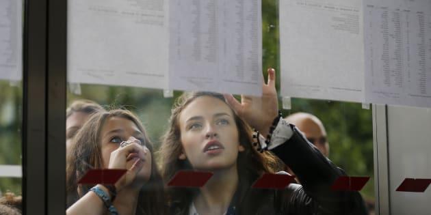 Des étudiant découvrant leurs résultats au bac.