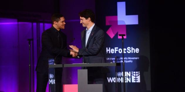 L'animateur Trevor Noah présente le premier ministre Justin Trudeau lors de l'événement «He For She», à New York, en septembre 2016.