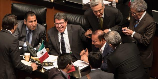 Ricardo Monreal Ávila, coordinador del grupo parlamentario de Morena en el Senado de la República, dialoga con senadores de otras fuerzas políticas durante la sesión ordinaria del Senado de la República, el 11 de septiembre de 2018.