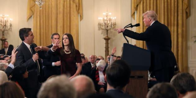 Donald Trump s'en prenant au journaliste Jim Acosta en conférence de presse.