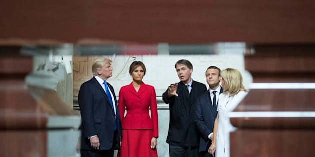Donald Trump et son épouse lors de leur visite du tombeau de Napoléon aux Invalides.
