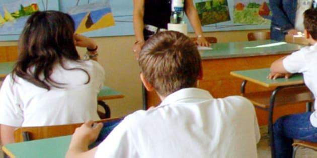 Un'insegnante durante una lezione in classe in una foto d'archivio. ANSA/ ALESSANDRO DI MEO