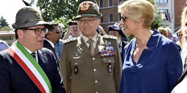 Il capo di Stato Maggiore delle Difesa, Generale Claudio Graziano, con il ministro della Difesa Roberta Pinotti durante la 90° adunata nazionale degli Alpini a Treviso, 14 maggio 2017.
