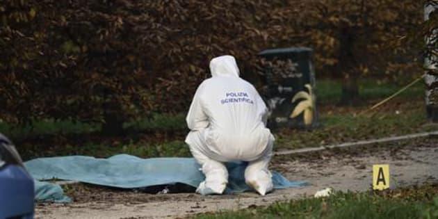Donna morta con una ferita alla gola in un parco a Milano, si indaga per omicidio