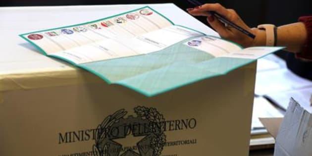 Operazioni di voto per le Regionali in un'immagine d'archivio. ANSA/GIORGIO BENVENUTI