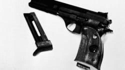 Mostra la pistola agli amici e si spara per errore a 18