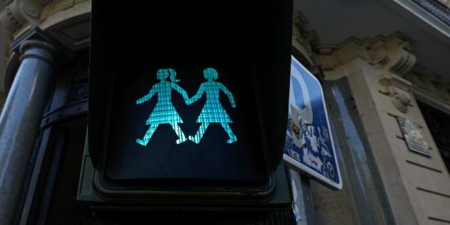 Os semáforos, que foram modificados apenas para pedestres, mostram imagens de casais homoafetivos de mãos dadas, e formam um coração no meio.