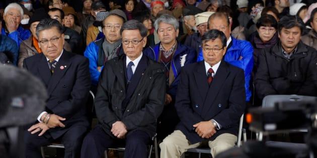 開票ニュースを見つめる稲嶺進氏(中央右)と支持者ら=2月4日午後10時半ごろ、名護市の稲嶺陣営事務所