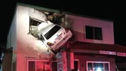 Auto a tutta velocità prende lo spartitraffico e finisce in uno studio dentistico al secondo
