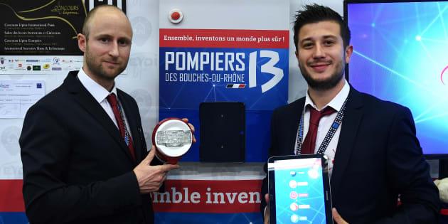 Le vainqueur du Concours Lépine 2017, Alexandre Defromont (à gauche) pose avec son invention, le 6 mai.