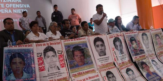 Padres 43 temen que Gobierno Federal manupule el caso; acuden a AMLO para fijar nuevas rutas de trabajo.