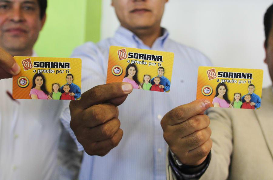 Las tarjetas de apoyo son uno de los recursos más recurrentes para la compra de votos, pero también se hace mediante la promesa de incluir a alguien en un programa social o con la amenaza de excluirlo. FOTOS: SAÚL LÓPEZ /CUARTOSCURO.COM