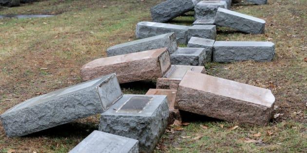 Dans la ville de Saint Louis, dans le Missouri, aux États-Unis, plus de 100 tombes ont été profanées dans le cimetière de  Chesed Shel Emeth Cemetery, pendant le week-end du 18 et 19 février.