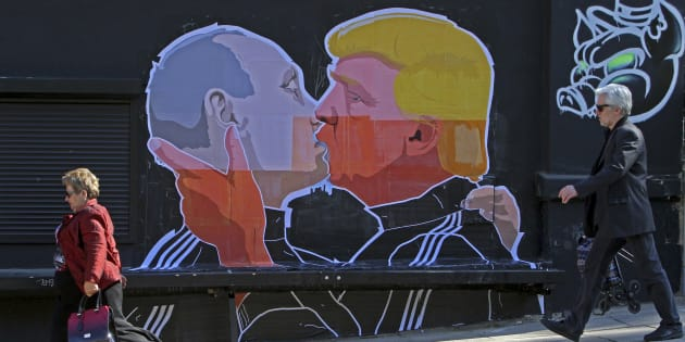 Une fresque peinte sur le mur d'un restaurant de Vilnius, en Lituanie, représentant Vladimir Poutine et Donald Trump en train de s'embrasser.