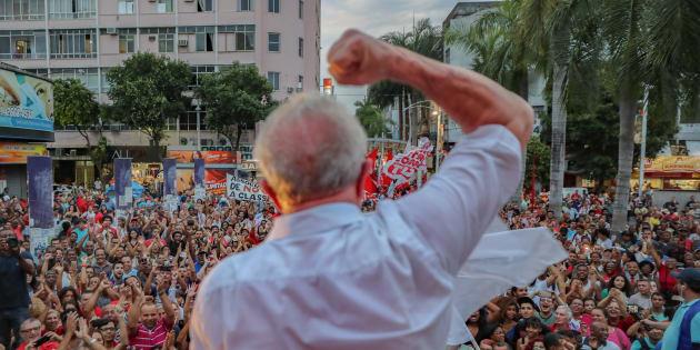 Ônibus de Santa Catarina e Paraná com militantes pró-Lula desembarcam desde domingo na capital gaúcha.