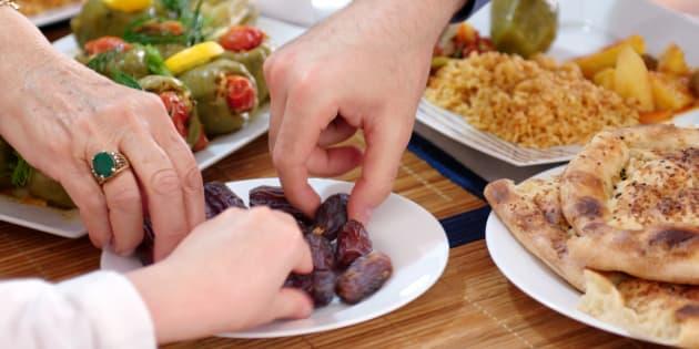 La bonne habitude du ramadan à conserver et appliquer toute l'année: cuisiner et manger en famille