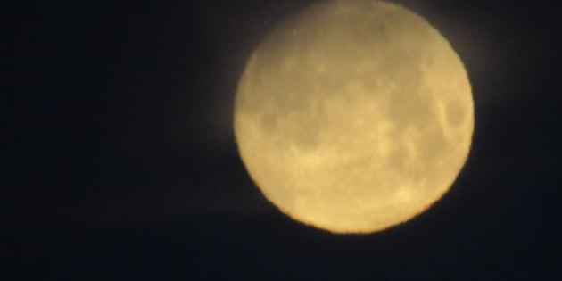 Questa è la notte della Luna: tutto il mondo con il naso all