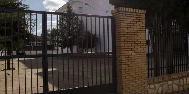 Puerta del colegio, en la comarca de Cazorla (Jaén), donde, presuntamente, se produjo la violación.