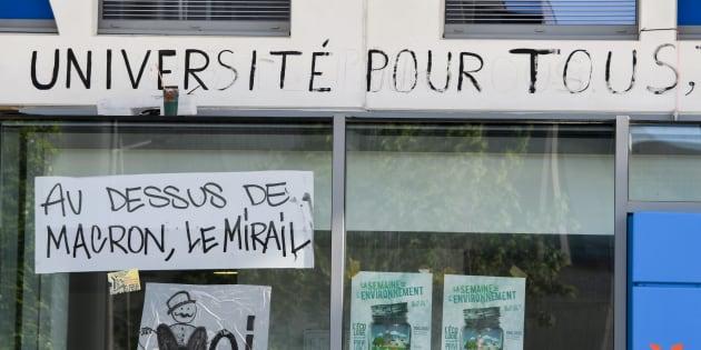 Des messages sur une façade de l'université du Mirail à Toulouse le 30 avril 2018.