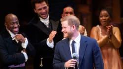 Harry non resiste alla tentazione e improvvisa la parte del suo antenato nel musical