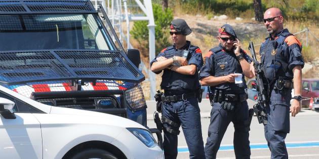 Des policiers espagnols contrôlent les véhicules à la frontière française, entre La Jonquera et Le Perthus, le 20 août.
