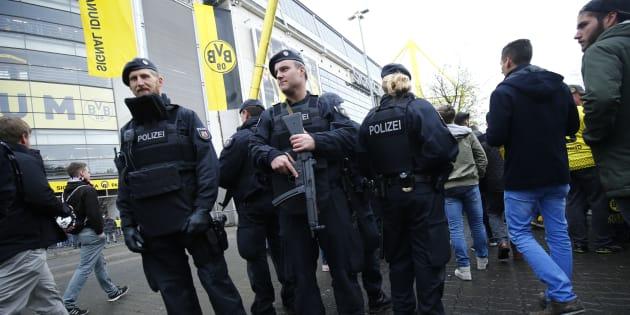 Des policiers devant le Signal Iduna Park avant Borussia Dortmund-Eintracht Francfort le 15 avril 2017.