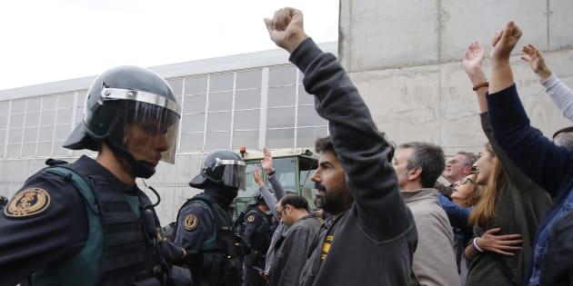 La Guardia Civil, ante manifestantes en un colegio electoral de Sant Julia de Ramis, el 1 de octubre de 2017.
