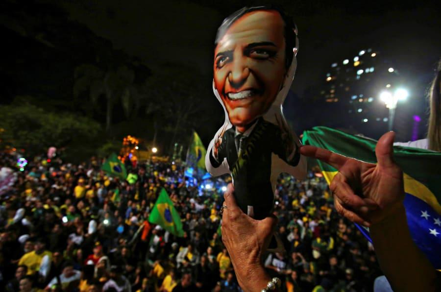 Eleitor de Jair Bolsonaro simula arma ao festejar eleição do peselista.
