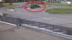 Prima li insegue, poi li investe a tutta velocità: il video del furgoncino che travolge la coppia di motociclisti della Val d...