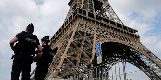 Des policiers français près de la Tour Eiffel, le 13 juillet.
