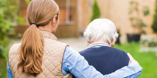 Quem vai cuidar de sua mãe ou avó quando ela não puder mais se cuidar sozinha?