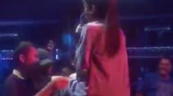 Un fan trató de manosear a esta cantante y ella le contestó con un