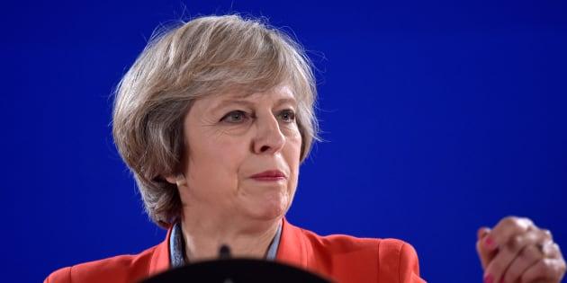 Theresa May holds lors d'une conférence de presse à Bruxelles le 21 octobre 2016.  REUTERS/Eric Vidal