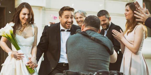 Fotógrafos de casamentos falam sobre a experiência de registrar o grande dia.