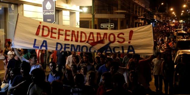 O confronto começou na noite desta sexta-feira (31) em frente à sede do legislativo e as unidades de força usaram jatos d'água para afastar os manifestantes.