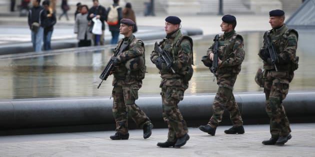 Des soldats déployés devant le Louvre en novembre 2015 dans le cadre de l'opération Sentinelle.