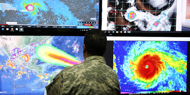 Un membre du comité des opérations d'urgence anticipe la trajectoire de l'ouragan Irma à Saint-Domingue, le 5 septembre.