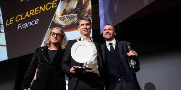 """Christophe Pele recevant sa récompense pour le restaurant """"Le Clarence""""."""