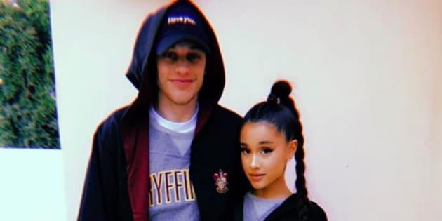 Dans une photo postée sur Instagram, Ariana Grande et Pete Davidson posent ensemble pour officialiser leur couple.