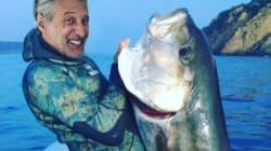 Antoine de Caunes affiche ses trophées de pêche et on y croirait