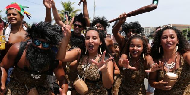 Fantasiados, foliões celebram Carnaval na Barra da Tijuca, no Rio de Janeiro.
